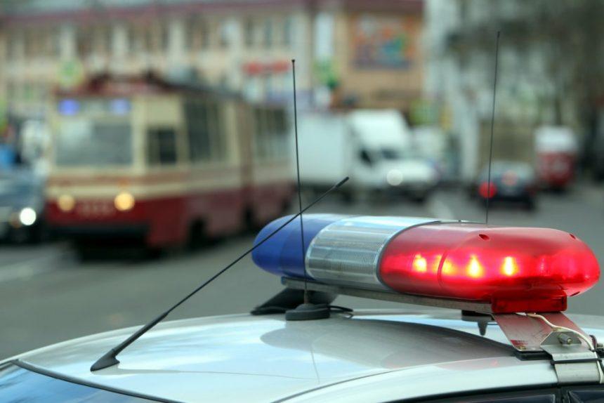 Иномарка снесла четыре секции разделительного забора в Кировском районе