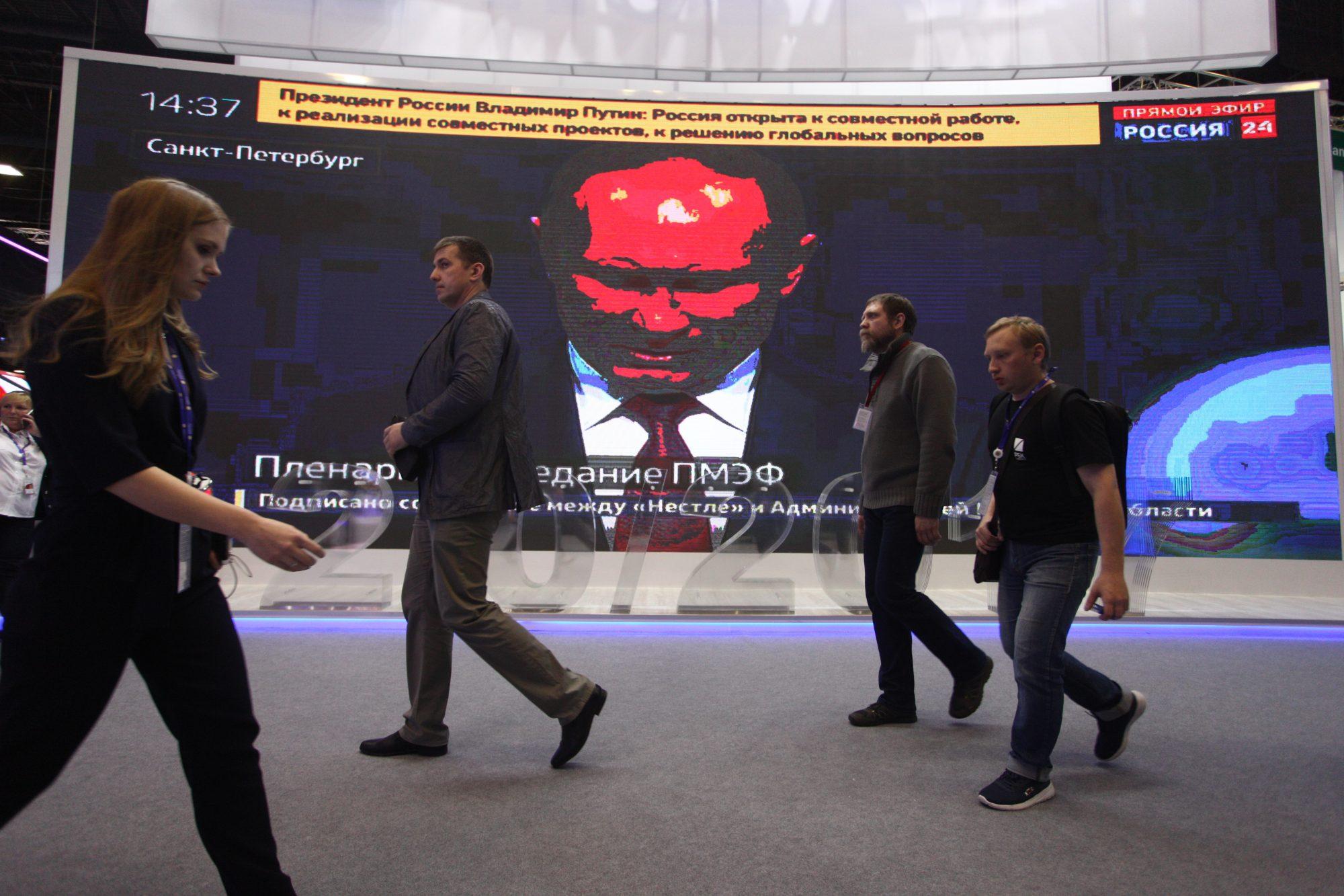 «Братан, наливай, не бросил нас Владимир Владимирович, будем дальше вместе с колен подниматься»: политологи о том, что будет после выборов