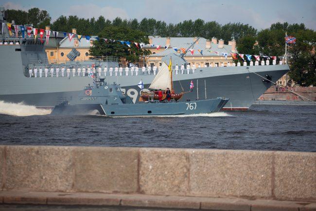 парад день военно-морского флота вмф моряки военные корабли ботик петра первого