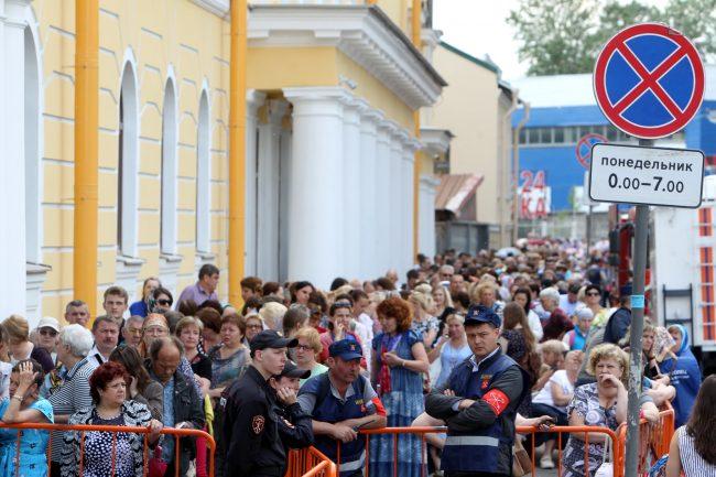 Александро-Невская Лавра очередь мощи святого Николая верующие православные
