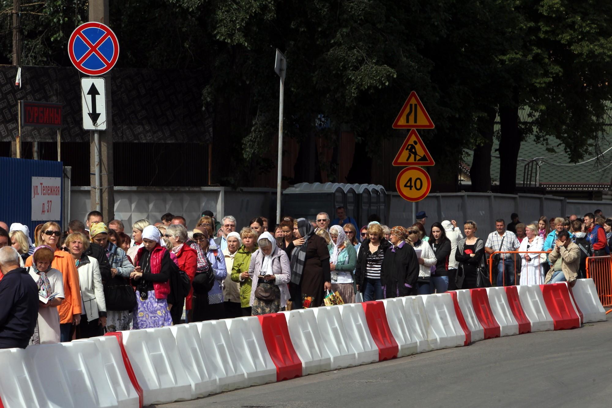 Стоять в очереди к мощам Николая Чудотворца в петербурге