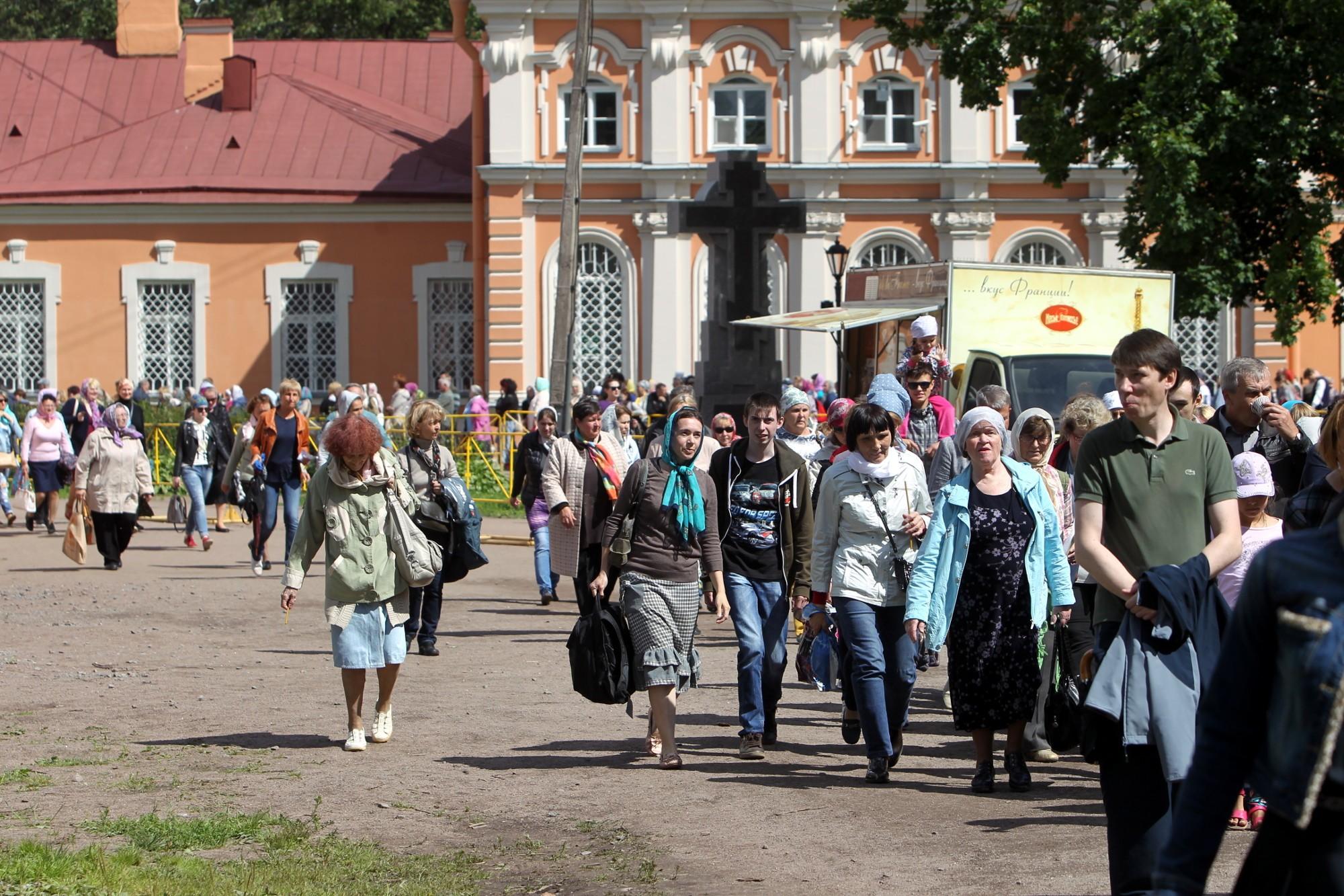 Стоять в очереди к мощам Николая Чудотворца в Санкт-Петербурге