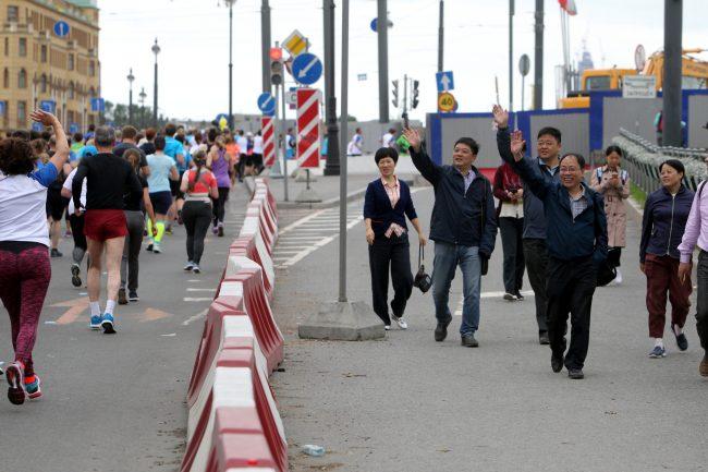 Марафон Белые ночи спорт бег лёгкая атлетика туристы китайцы