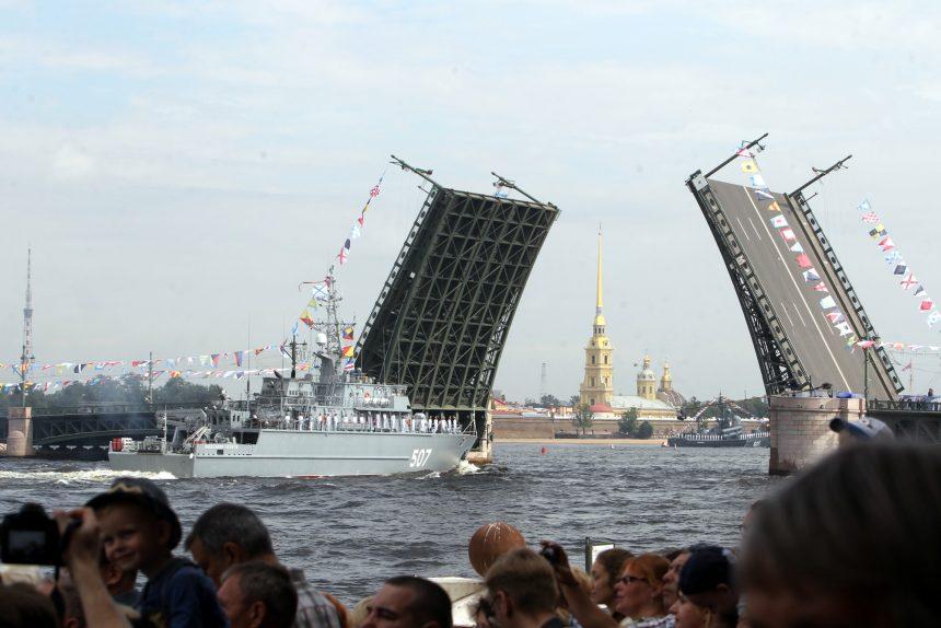 репетиция парада день ВМФ военный корабль тральщик Александр Обухов разведённый Дворцовый мост