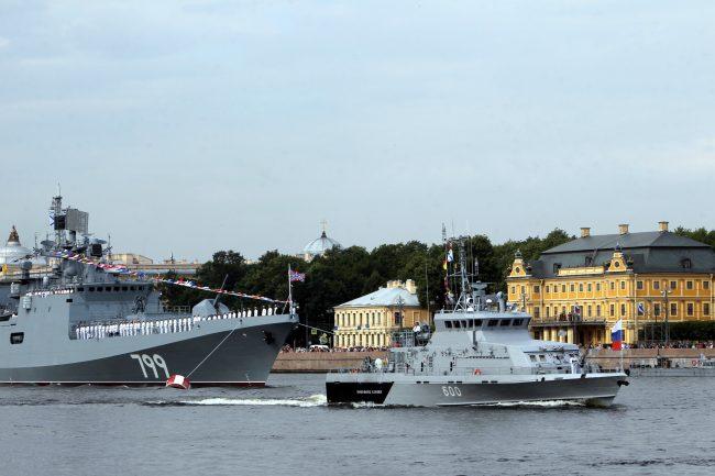 репетиция парада день ВМФ моряки флот военный корабль фрегат Адмирал Макаров противодиверсионный катер Юнармеец Каспия