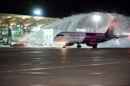 самолет Первый рейс Wizz Air в Пулково по авиационной традиции встретили водяной аркой