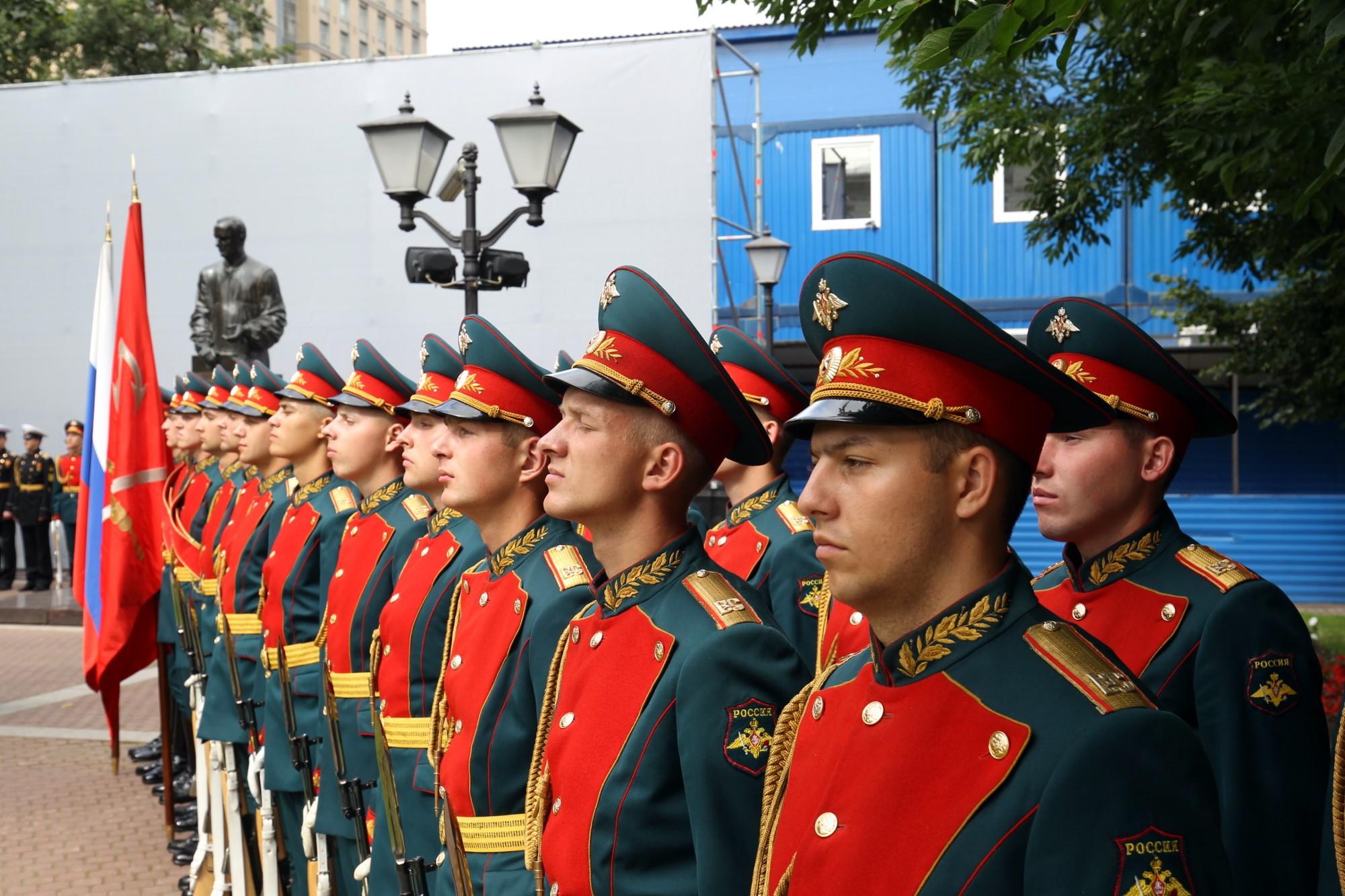 памятник Анатолию Собчаку почётный караул