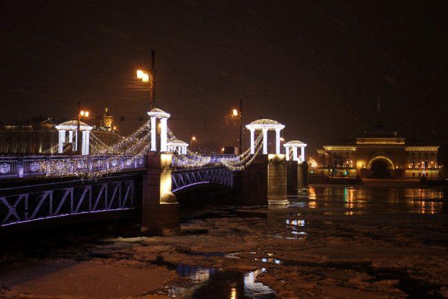 новогоднее оформление Дворцовый мост стрелка