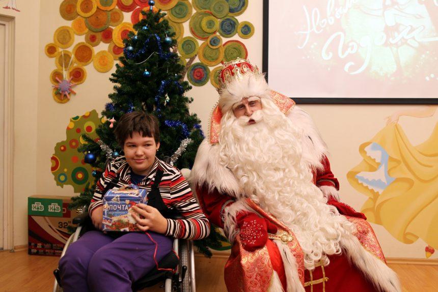 Дед Мороз и ребёнок-инвалид детский хоспис