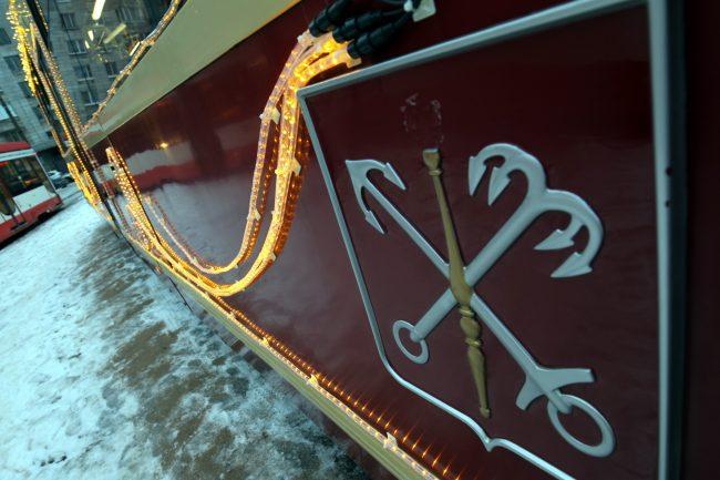 трамвай ЛМ-86М2 новогоднее убранство Новый год герб Петербурга