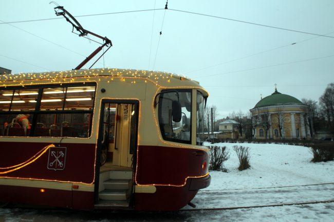трамвай ЛМ-86М2 новогоднее убранство Новый год церковь Кулич и Пасха