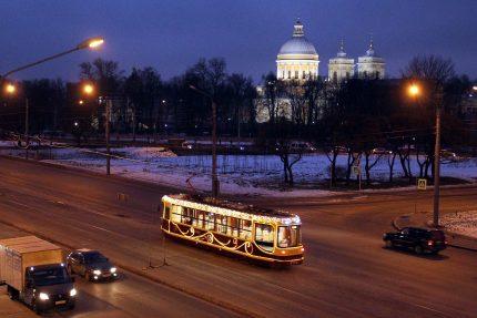 трамвай ЛМ-86М2 новогоднее убранство Новый год проспект Обуховской обороны Александро-Невская лавра