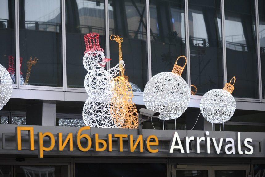 В новогодние праздники Пулково украсили зимними гирляндами и световыми конструкциями