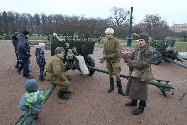 артиллерийское орудие реконструкторы Марсово поле день снятия Блокады
