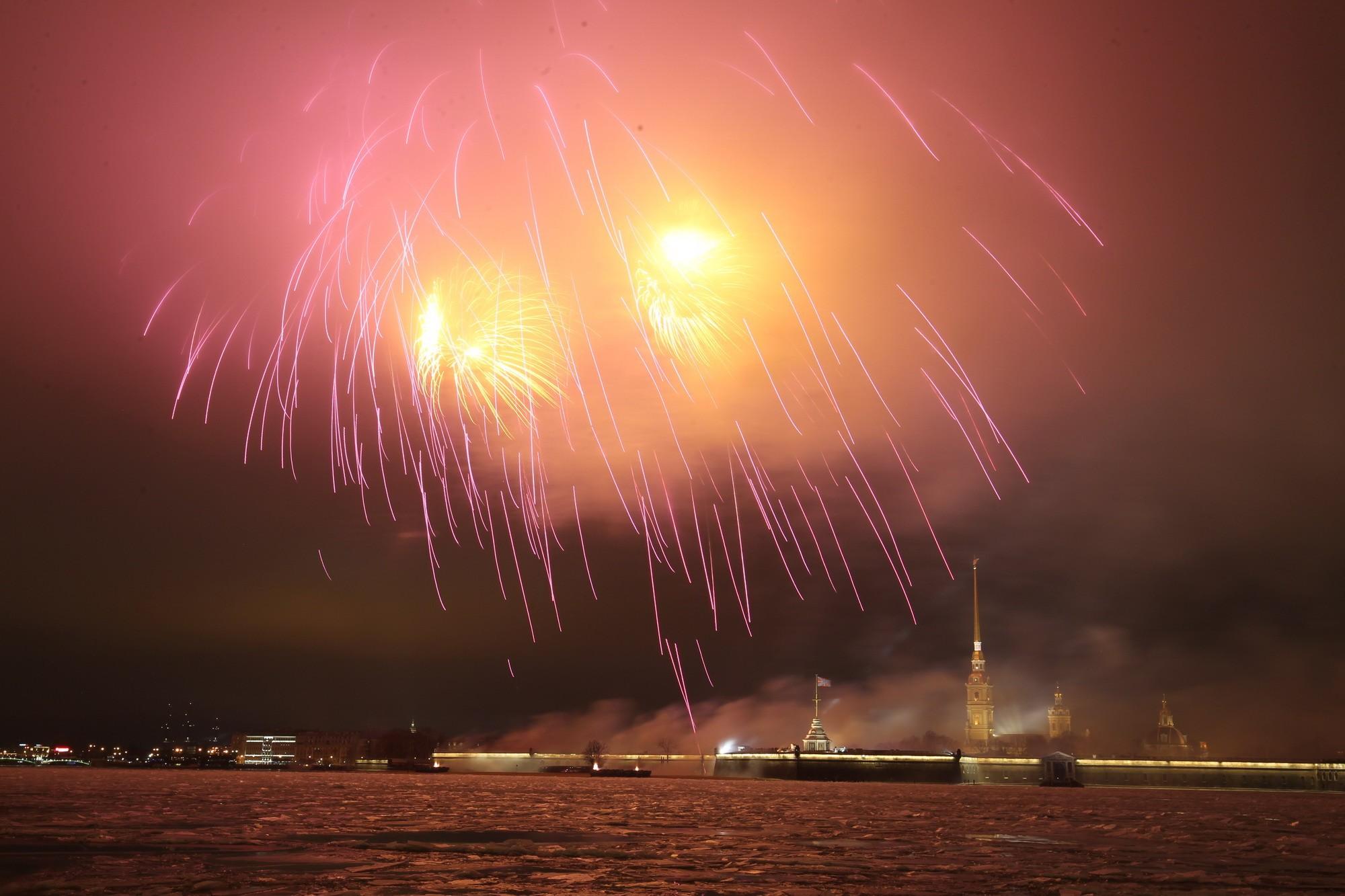 фейерверк Петропавловская крепость день снятия Блокады Нева