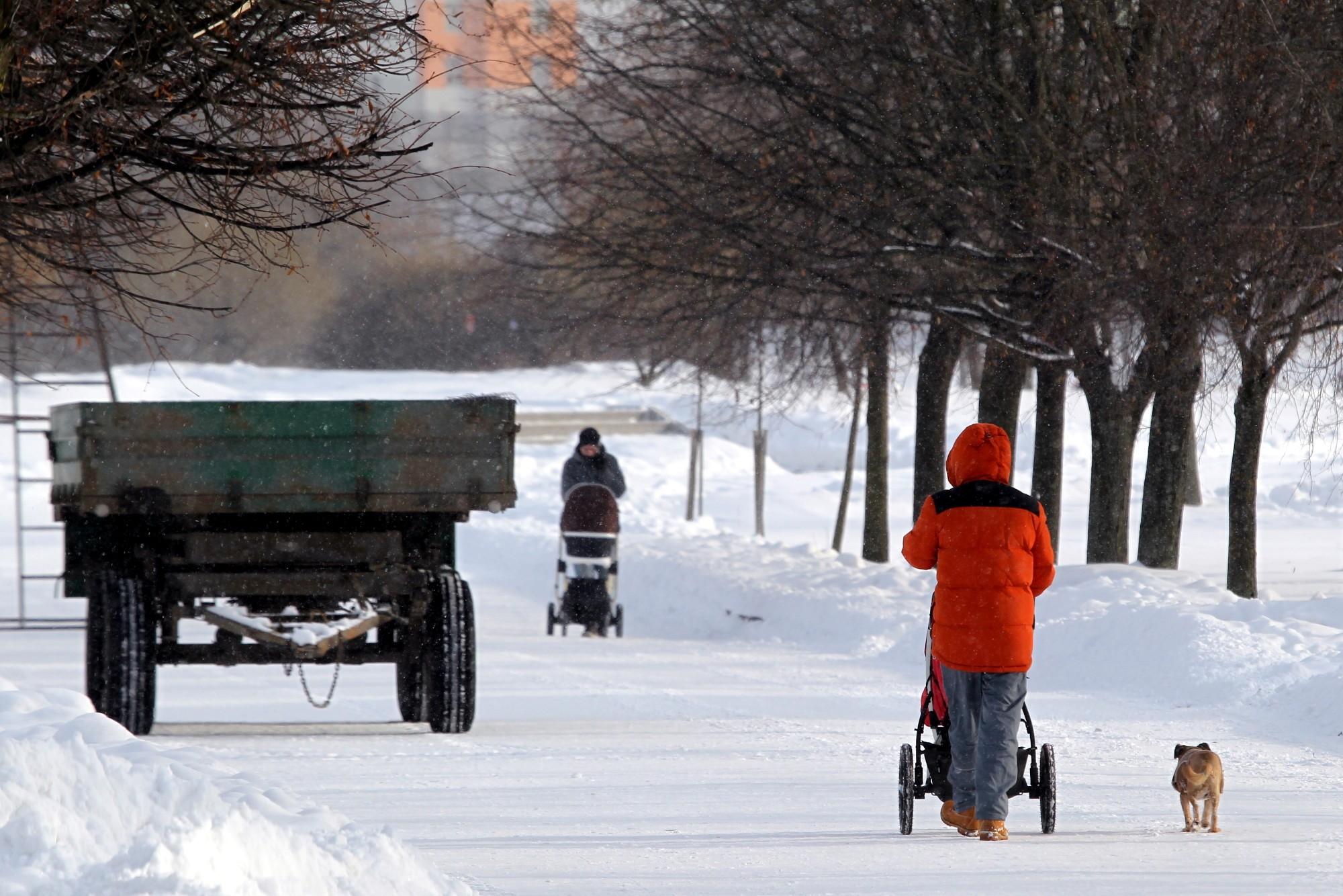 парк интернационалистов новостройки зима снегопад мама с коляской дети