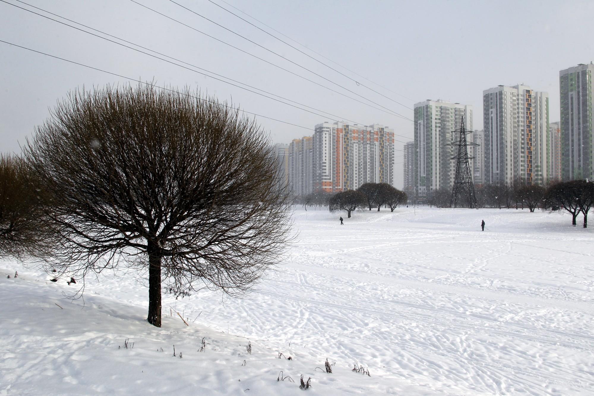 парк интернационалистов новостройки зима снегопад лыжники