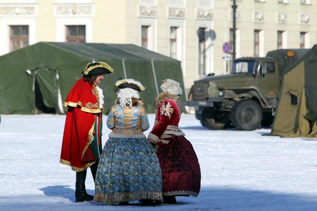 Дворцовая площадь выставка военной техники 23 февраля костюмированные персонажи император Пётр Первый императрица Елизавета