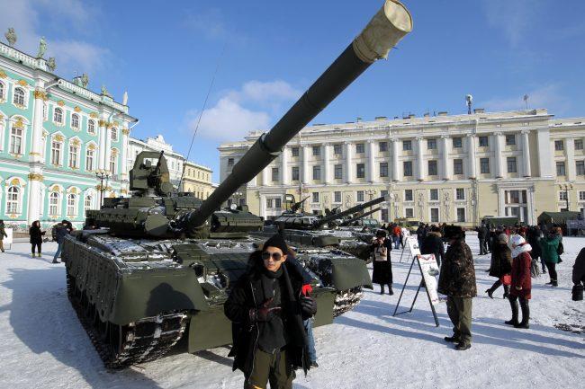 Дворцовая площадь выставка военной техники 23 февраля танк Т-80БВ