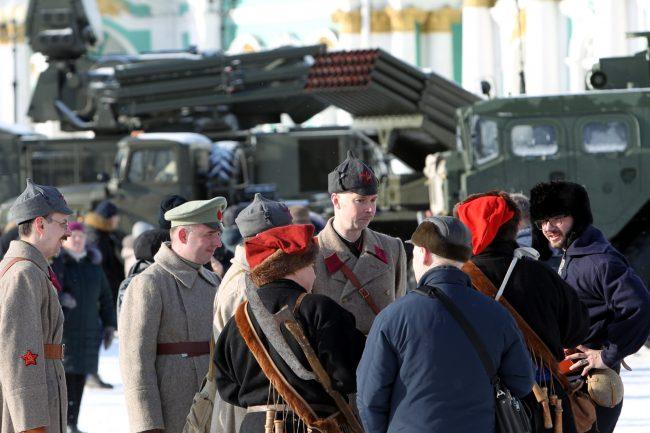 Дворцовая площадь выставка военной техники 23 февраля военная техника реконструкторы