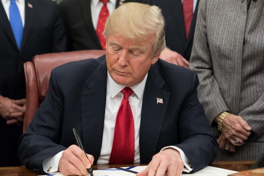Дональд Трамп подписывает указ