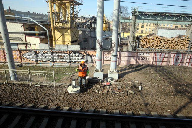 полоса отвода железной дороги уборка мусора граффити на заборе