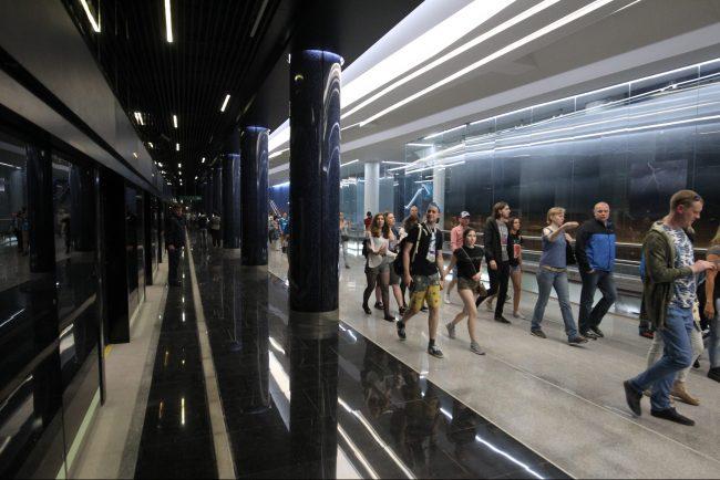 новокрестовская метро люди