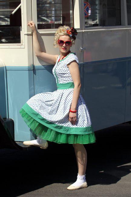парад ретротранспорта ретрокостюм платье красивая девушка