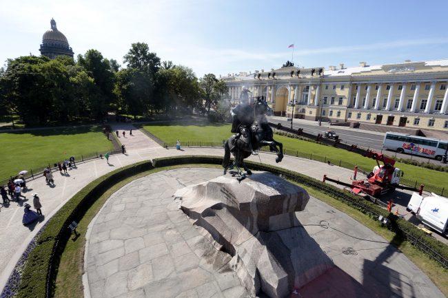мытьё памятника Петру I Медный всадник