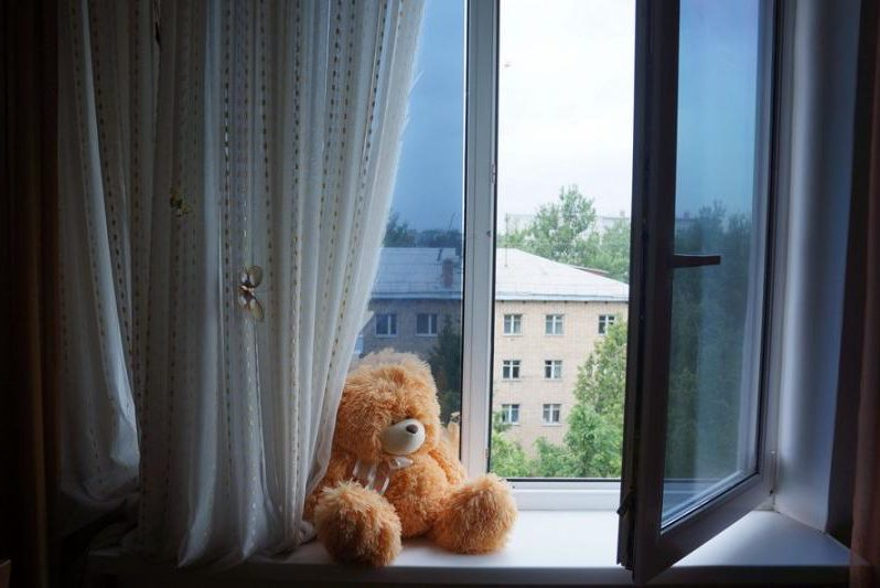 плюшевый медведь окно падение с высоты дети