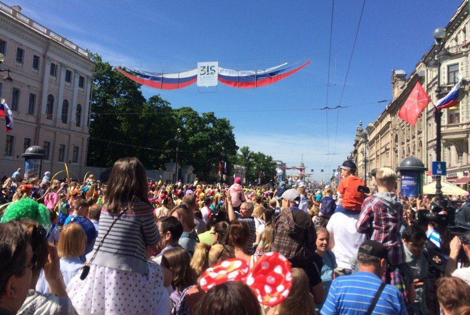 толпа невский проспект день города слоны хаос