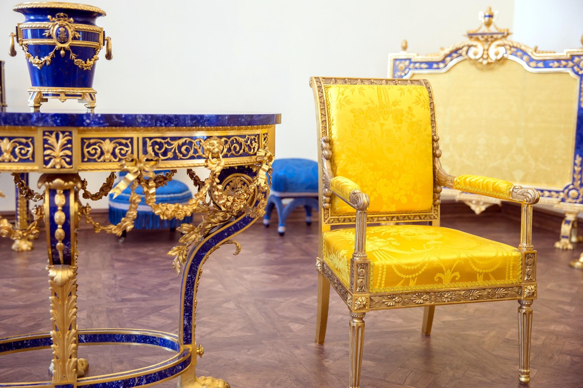 Царское Село Екатерининский дворец отреставрированные кресла лионский шёлк