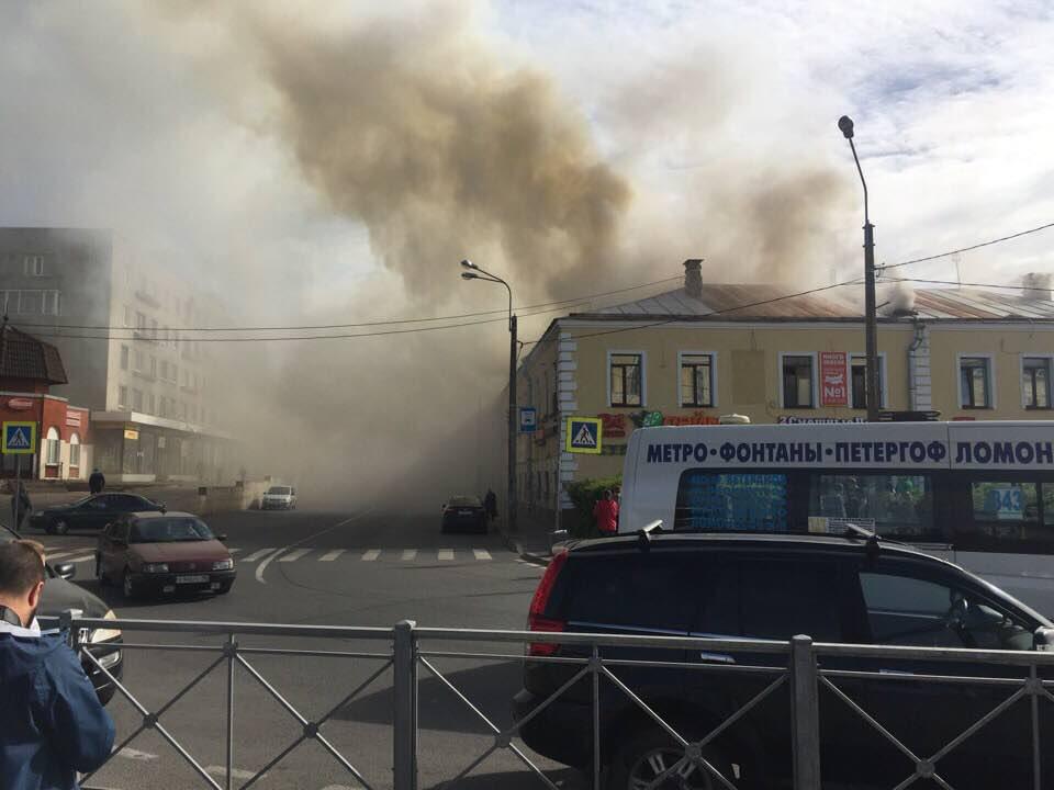 В Ломоносове загорелся торговый центр, UPD