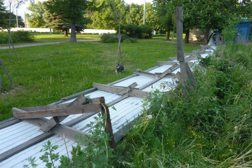 поваленный строительный забор Дёминский сад