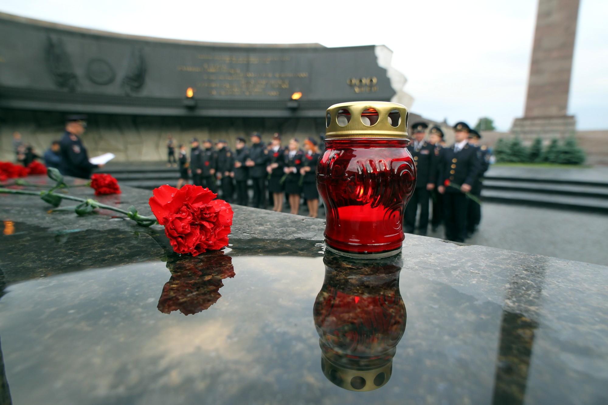 полиция ГУ МВД день памяти и скорби монумент героическим защитникам Ленинграда площадь Победы