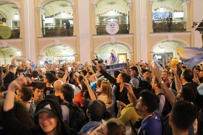 «Мы все сегодня немного Месси»: аргентинские фанаты гуляли в Петербурге полночи