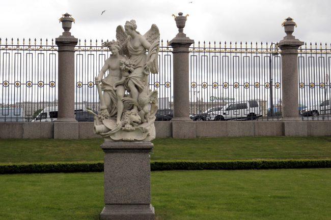 Летний сад статуи скульптура Мир и Победа