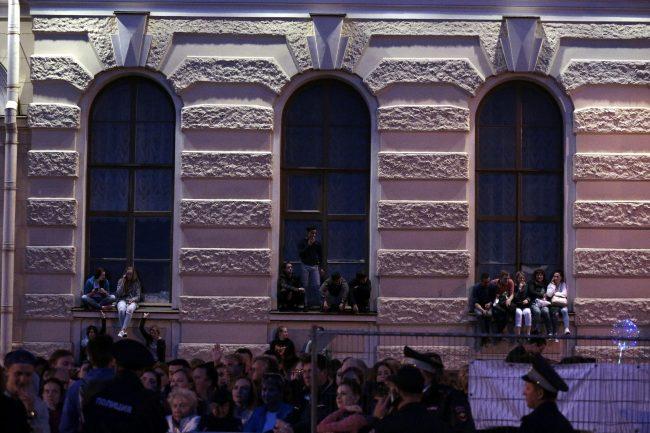 Алые паруса праздник выпускников люди на окнах эрмитажа