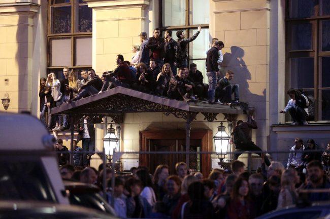Алые паруса праздник выпускников люди на крыше директорского подъезда эрмитажа