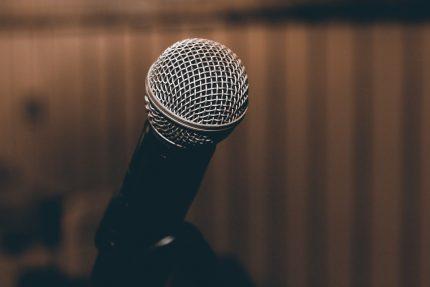 микрофон выступление оратор пение певец