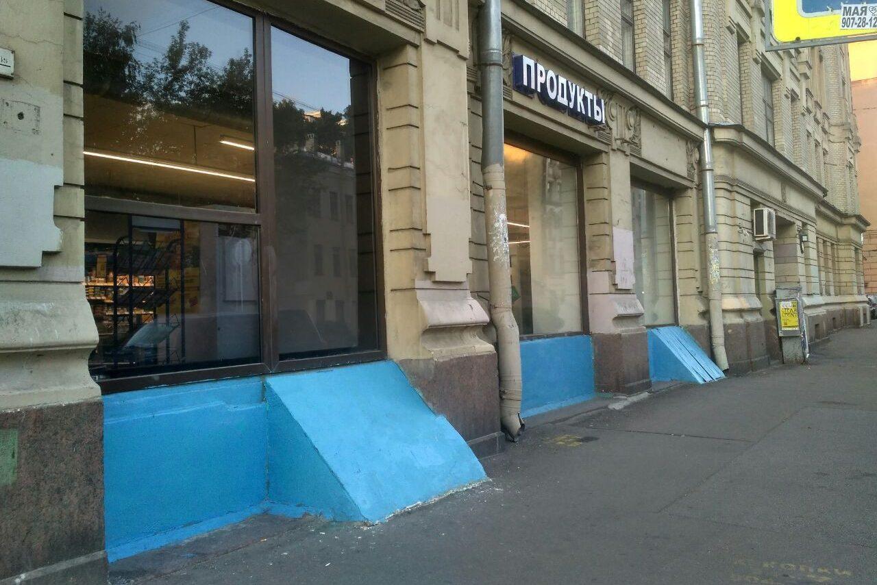 В Петербурге цоколь объекта культурного наследия покрасили в голубой цвет