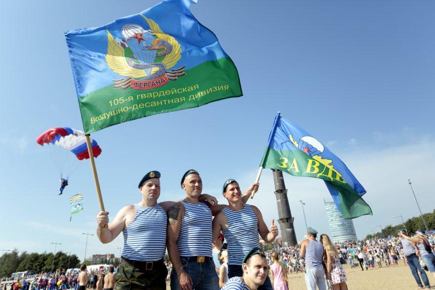 день ВДВ десантники прыжки с парашютом флаг