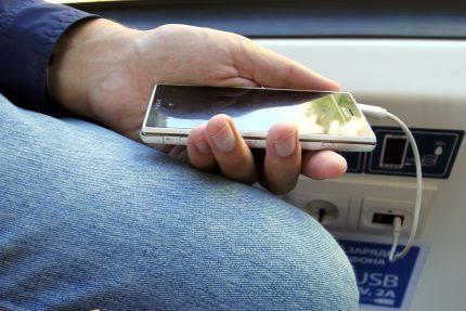 трамвай Метелица В85300М Штадлер Минск смартфон мобильный телефон зарядка USB