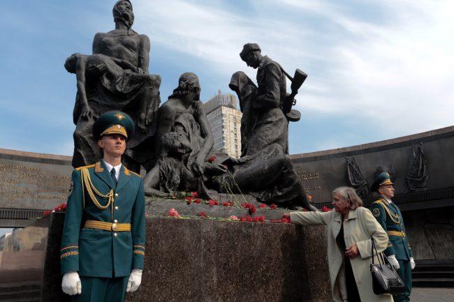 день памяти жертв блокады 8 сентября мемориал героическим защитникам Ленинграда площадь Победы