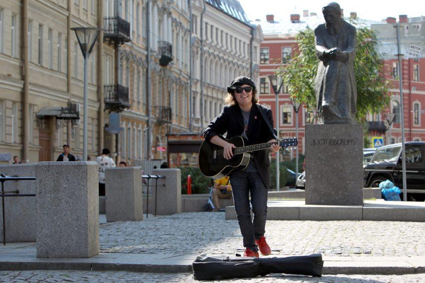 Глеб Колондо уличный музыкант памятник Достоевскому