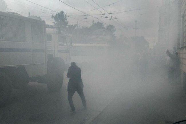 дым туман митинг дымовая шашка против пенсионной реформы навальный