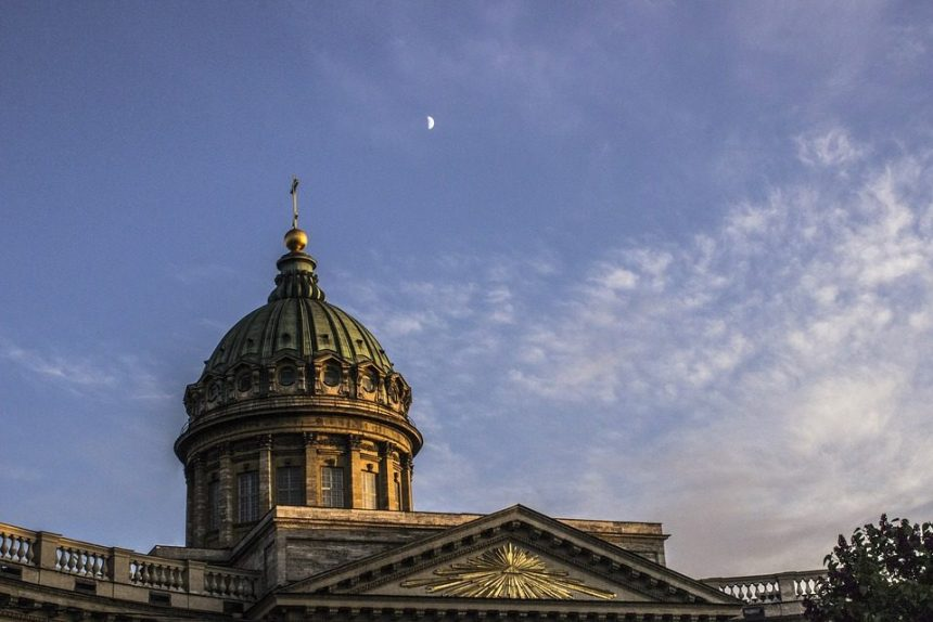 казанский собор церковь архитектура крест небо облака месяц