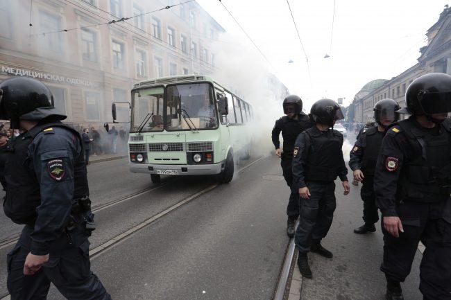 дым туман митинг дымовая шашка против пенсионной реформы навальный омон