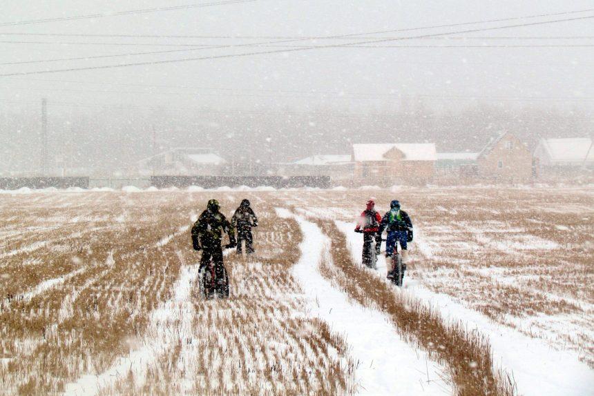велотурист велосипедисты зима поле