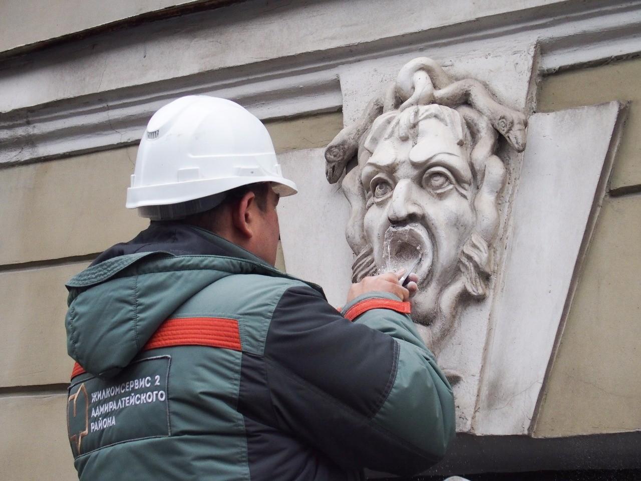 повреждение маскаронов на доме 37 по проспекту Римского-Корсакова вандализм культурное наследие